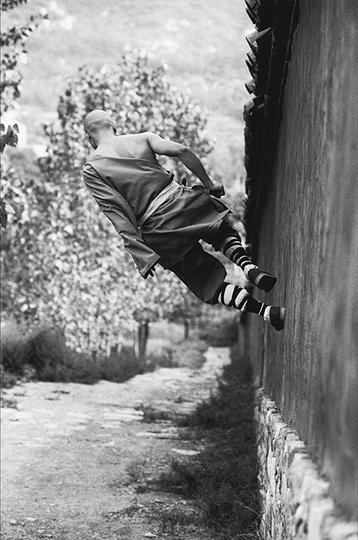 Incredible_photos_of_Shaolin_Monks_by_Tomasz_Gudzowaty-ShockBlast-13