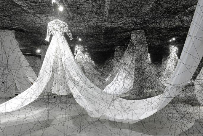 Chiharu-Shiota-Labyrinth-of-Memory-2012-a-la-Sucriere