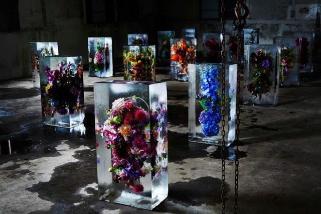 Flower-Bouquets-Frozen-in-Blocks-of-Ice-by-Makoto-Azuma-Yellowtrace-08