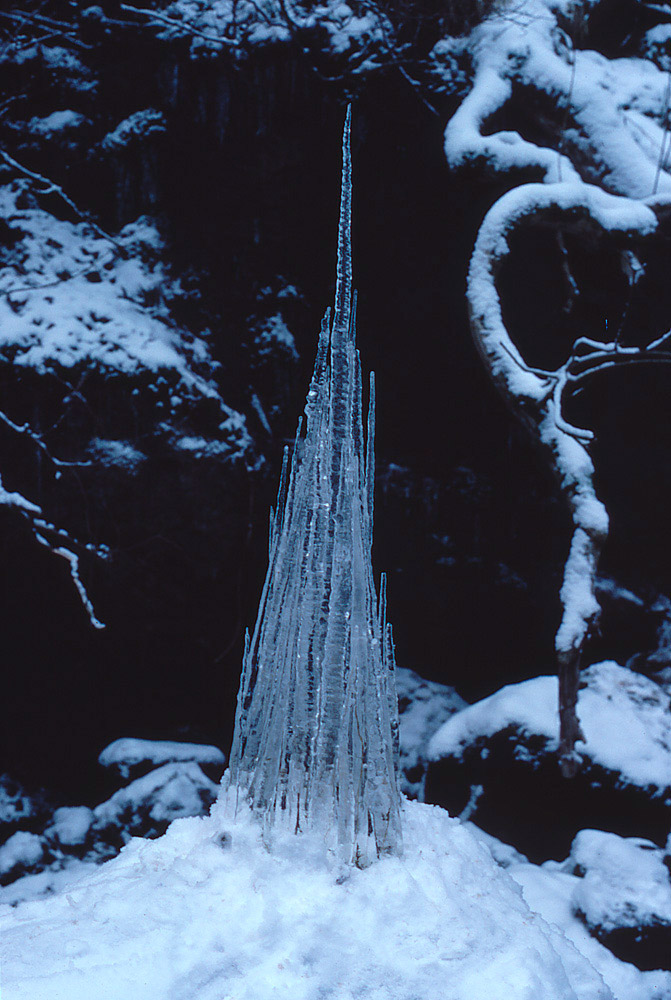 Andy-Goldsworthy-Ice-and-Snow-Sculptures-22