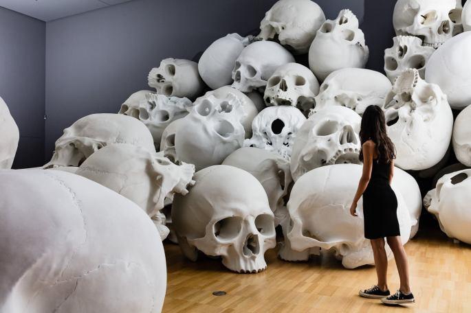 Mass-gli-enormi-teschi-dello-scultore-Ron-Mueck-Collater.al_11