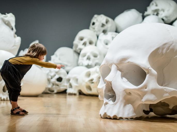 Mass-gli-enormi-teschi-dello-scultore-Ron-Mueck-Collater.al_8