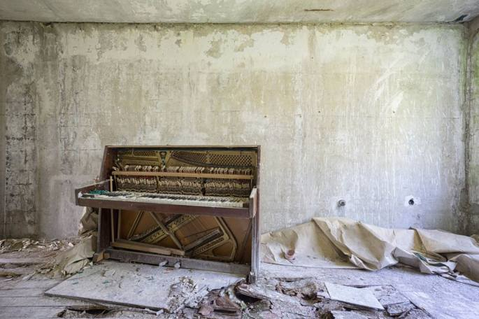 Abandoned_pianos_around_the_world19