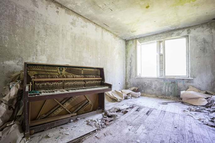 Abandoned_pianos_around_the_world37