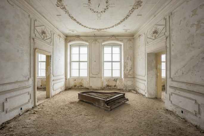 Romain_Thiery_White_piano_palace