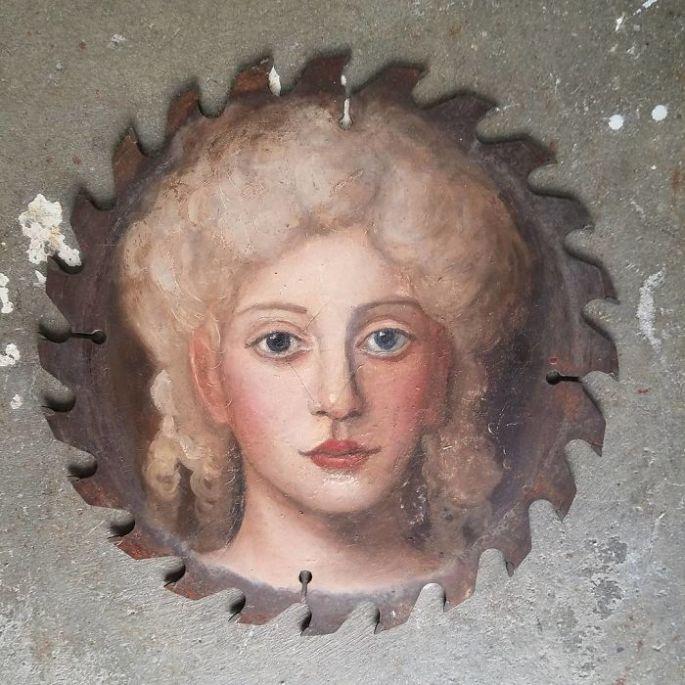 des-peintures-de-personnages-sur-des-pinceaux-et-autres-objets-par-Alexandra-Dillon-5