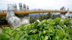 giant-hands-holding-up-golden-bridge-on-ba-na-hills-da-nang-vietnam-10