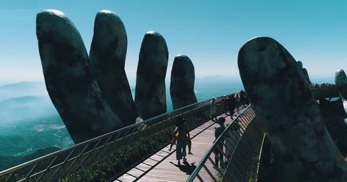 giant-hands-holding-up-golden-bridge-on-ba-na-hills-da-nang-vietnam-2