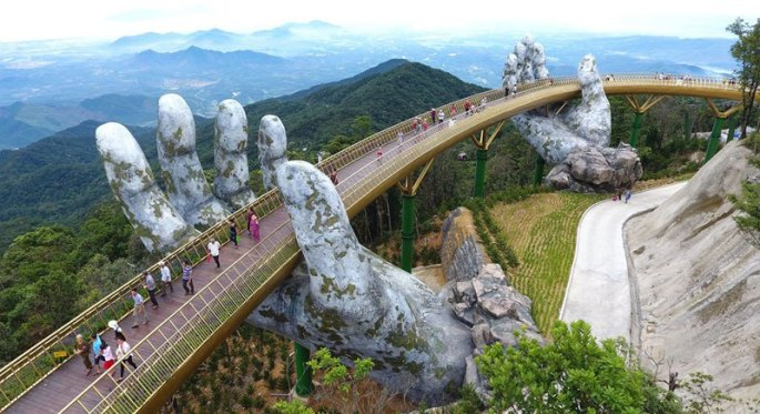 giant-hands-holding-up-golden-bridge-on-ba-na-hills-da-nang-vietnam-4